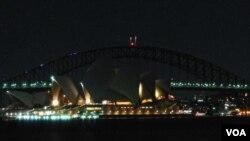 Kota Sydney, Australia saat memperingati 'Earth Hour' dengan memadamkan lampu-lampu kota (foto; dok).