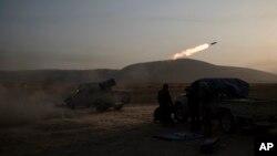 7일 이라크 모술 동부 바시크아에서 쿠르드 자치군 병사들이 이슬람 극단주의 무장단체 ISIL 진지를 향해 대포를 쏘고 있다.