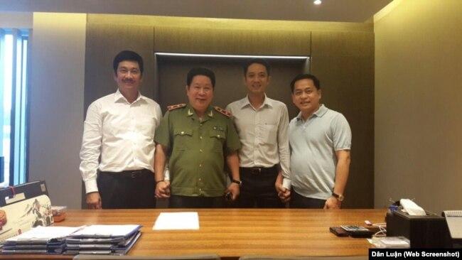 Trung tướng Bùi Văn Thành (thứ hai, từ trái) và Phan Văn Anh Vũ (ngoài cùng, phải) trong một bức hình không rõ ngày tháng (Nguồn: Dân Luận)