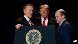 پرزیدنت ترامپ در کنار یک عضو جمهوریخواه و یک عضو دموکرات کنگره آمریکا در مراسم صبحانه دعای ملی در شهر واشنگتن.