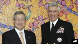 South Korean Foreign Minister Kim Sung-hwan, left, and Adm. Samuel Locklear III, commander of the U.S. Pacific Command, shake hands before their meeting at Foreign Ministry in Seoul, South Korea, April 17, 2012.