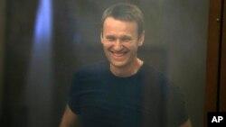 Nhà lãnh đạo đối lập Nga Alexei Navalny mĩm cười khi ra trước phiên tòa ở Kirov, Nga, 19/7/13
