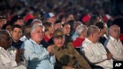 L'ancien président cubain Raul Castro, au centre, et le président cubain Miguel Diaz-Canel, deuxième à gauche, participent à un événement célébrant la Journée de la révolution à Santiago, Cuba, le 26 juillet 2018.