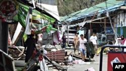 Cư dân thu nhặt đồ đạc của họ trong thị trấn Ilagan, một ngày sau khi bão Megi tàn phá tỉnh Isabella, khu vực đông dân nhất ở thung lũng Cagayan trên đảo Luzon, ngày 19/10/2010