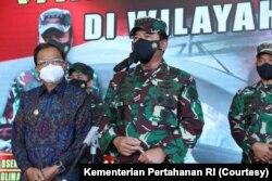 Kapuspen TNI Mayjen Achmad Riad memberi keterangan pers mengenai operasi pencarian KRI Nanggala di Pangkalan Ngurah Rai, Bali, Kamis, 22 April 2021. (Foto: Kementerian Pertahanan)