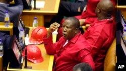 Julius Malema, chef du parti d'opposition sud-africain des Combattants pour la Liberté Economique (EFF), lors d'une séance au Parlement, au Cap, Afrique du Sud, 11 février 2011. (AP Photo/Schalk van Zuydam, Pool)