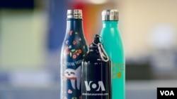 """Пляшки для води багаторазового використання в редакції української служби """"Голосу Америки"""""""
