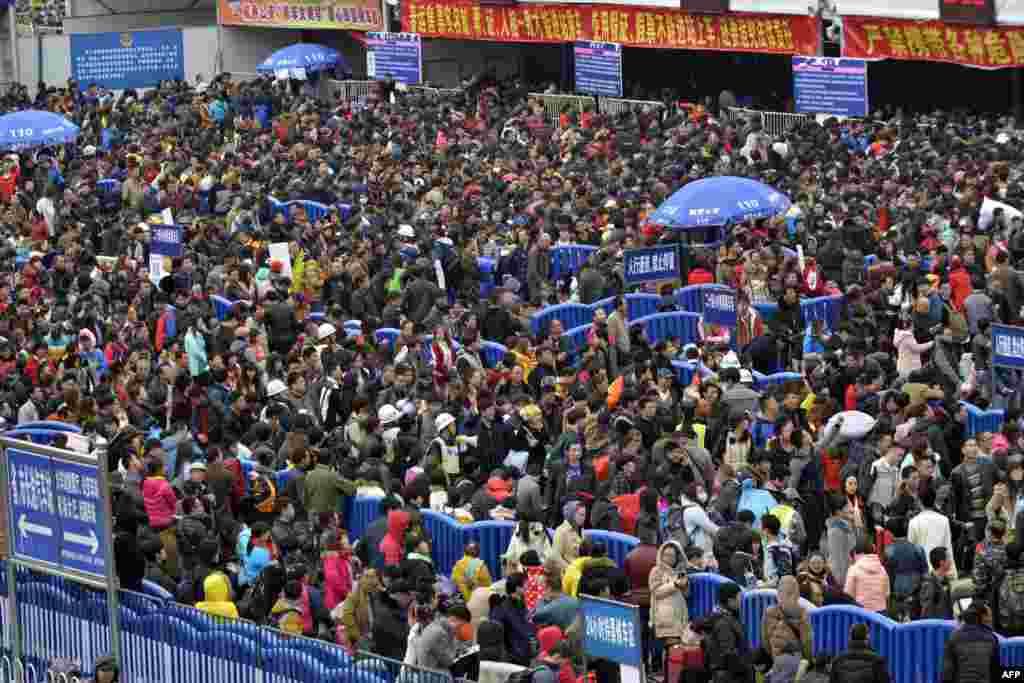 មានការតម្រង់ជួរដ៏វែងនៅខាងក្រៅស្ថានីយរថភ្លើង Guangzhou ក្នុងក្រុង Guangzhou ខេត្ត Guangdong ប្រទេសចិន។ សារព័ត៌មានរដ្ឋបាននិយាយថា អ្នកធ្វើដំណើររាប់ពាន់អ្នកក្នុងឱកាសបុណ្យចូលឆ្នាំថ្មីនៅក្នុងប្រទេសចិនជាប់គាំងនៅស្ថានីយមួយនៅក្នុងក្រុង Guangzhou បន្ទាប់ព្រិល និងទឹកកកបានធ្វើឲ្យមានបញ្ហាដល់ការធ្វើដំណើរប្រចាំរបស់ពិភពលោក។