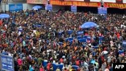 2일 중국 광동성 광저우 시의 기차역 앞에 엄청난 인파가 줄을 서 있다.