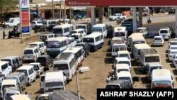 Des conducteurs soudanais font la queue pour faire le plein de carburant de leur véhicule à Omdourman le 11 mars 2020. (Photo: ASHRAF SHAZLY / AFP)