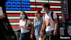 Cư dân đi dạo tại Times Square, dù các ca biến thể Delta tiếp tục tăng cao tại thành phố New York, tiểu bang New York, (ảnh chụp ngày 23/7/2021).