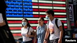 На фото: люди у захисних масках на Таймс-сквер у Нью-Йорку, липень 2021
