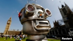 Sebuah robot di depan Gedung Parlemen Westminster Abbey sebagai bagian dari Kampanye Hentikan Robot Pembunuh di London, 23 April 2013.