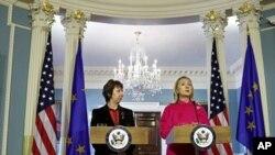 ລັດຖະມົນຕີກະຊວງການຕ່າງປະເທດສະຫະລັດທ່ານນາງ Hillary Clinton (ຂວາ) ແລະຫົວໜ້ານະໂຍບາຍ ການຕ່າງປະເທດຂອງສະຫະພາບຢູໂຣບທ່ານນາງ Catherine Ashton ໃນກອງປະຊຸມຖະແຫຼງຂ່າວຮ່ວມກັນ ທີ່ກະຊວງຕ່າງປະເທດສະຫະລັດ (17 ກຸມພາ 2012)