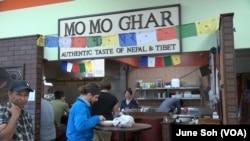 네팔에서 온 이민자 푼초 라마 씨가 미국 오하이오주 콜럼버스시에서 운영하는 모모가 식당.