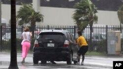 Des automobilistes remontent dans leur voiture dans l'archipel des Keys, en Floride, le 10 septembre 2017.