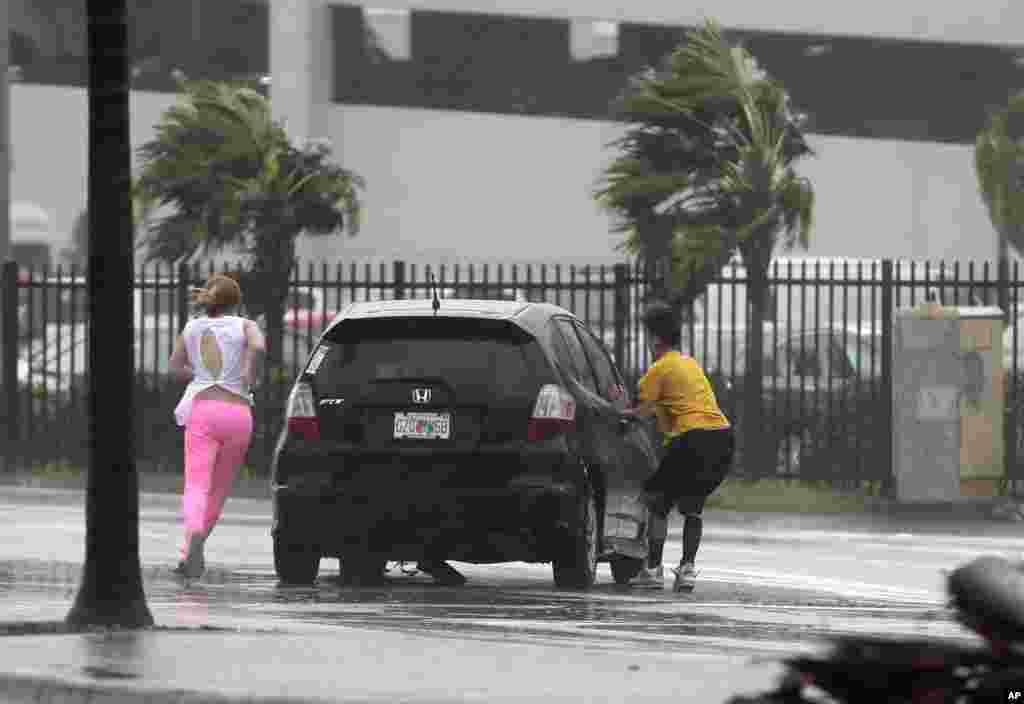 Pengendara mobil yang terdampar mencoba menghidupkan mobil mereka yang mogok saat Badai Irma melanda Florida Keys, di Hialeah, Florida, 10 September 2017.