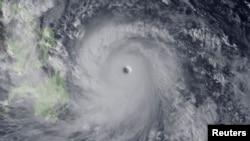 2013年11月7日,日本气象局发出的吹向菲律宾的强烈台风图像。