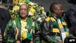 Le président sud-africain Jacob Zuma, à droite, et le président du Congrès national africain (ANC) Cyril Ramaphosa arrivant pour la campagne de clôture de l'ANC pour les élections municipales au stade Ellis Park à Johannesburg, le 31 juillet 2016.