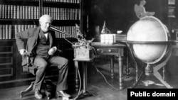발명가 토머스 에디슨이 지난 1907년 '에디슨 구술 녹음기'를 시험하고 있다. (미 내무부 자료사진)