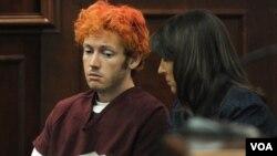 James Holmes (kiri), tersangka penembakan di bioskop di kota Aurora, Colorado dikenai 142 tuduhan resmi dalam sidang hari Senin (30/7).
