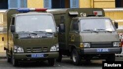 Xe chở tù nhân đậu tại Tòa án Nhân dân TP.HCM