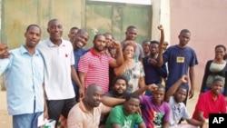 Libertados celebram junto à cadeia de Viana, nos arredores de Luanda