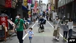 ဂ်ပန္ႏိုင္ငံ Tokyo ၿမိဳ႕က လမ္းေလွ်ာက္ေနတဲ့ လူတခ်ိဳ႕ (ေမ ၀၄၊ ၂၀၂၀)