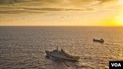 Kapal perang Swedia mengawal sebuah kapal dagang di lepas pantai Somalia (foto: dok).