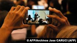El vicepresidente de Estados Unidos, Mike Pence, es fotografiado mientras da un discurso a inmigrantes venezolanos, el 23 de agosto de 2017 en Doral, Florida.