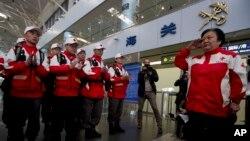 17 thành viên Ðội cứu trợ thiên tai Trung Quốc chuẩn bị khởi hành đi Philippines tại sân bay thủ đô Bắc Kinh hôm 20/11/2013, 12 ngày sau bão Haiyan.