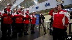 중국 홍십자회 1진 구호대가 필리핀 피해 지역에서 구호활동을 펴기 위해 20일 베이징 공항에서 출발하고 있다.