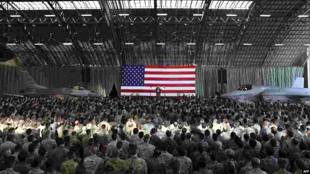 Le président américain Donald Trump prononce son discours devant les forces militaires américaines et les membres des Forces de défense du Japon à son arrivée à la base aérienne américaine de Yokota, le 5 novembre 2017.