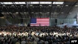 Presiden Amerika Serikat Donald Trump menyampaikan pidatonya kepada personil militer AS dan anggota Pasukan Pertahanan Jepang setibanya di Pangkalan Udara AS di Yokota di pinggiran kota Tokyo, Minggu, 5 November 2017.