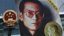 تصویری از لیو شیائوبو، ناراضی چینی که در یک راه پیمایی حمل می شود