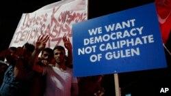 Para pendukung Presiden Turki Recep Tayyip Erdogan mengangkat poster selama unjuk rasa pro-pemerintah di lapangan utama Kizilay (20/7). Ankara, Turki (foto: AP Photo/Hussein Malla)