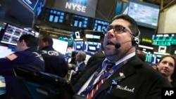 纽约股票交易所现场的交易员迈克尔·卡波里诺(2018年10月25日)