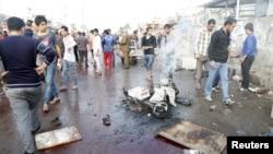 人们聚集在巴格达外围城市发生自杀爆炸的地点(2016年2月28日)