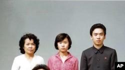 朝鲜领导人金正日1981年8月19日与家人合影