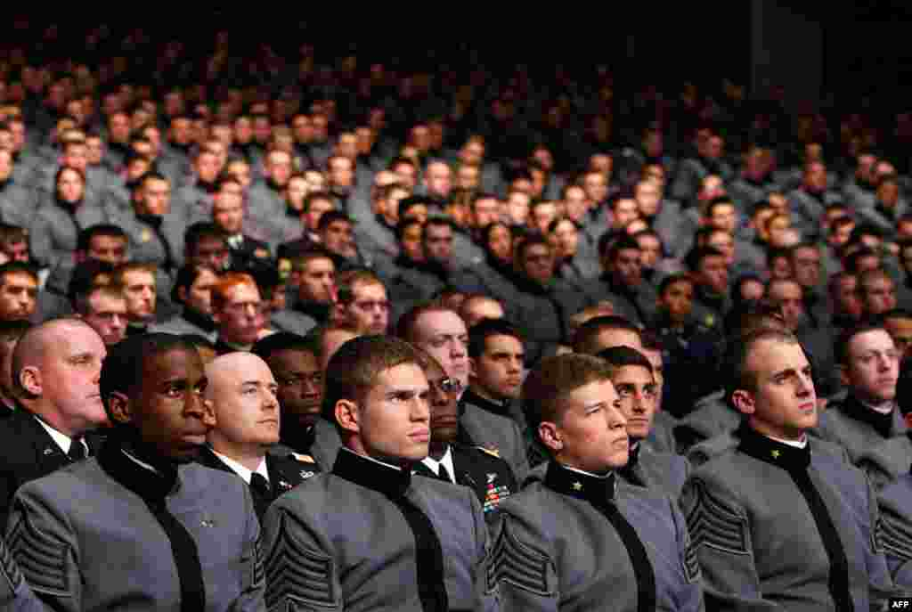 Учащиеся американской военной академии в Вест-Поинт слушают, как президент Обама объявляет новую стратегию США в Афганистане