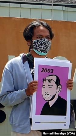 AJI Yogyakarta membuat poster berpenanda tahun sejak 1996 hingga 2021 terkait kematian jurnalis Udin. (Foto: VOA/Nurhadi)