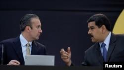 Tổng thống Venezuela Nicola Maduro đang trao đổi với phó Tổng thống Tareck El Aissami