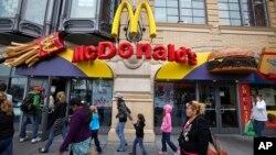 Des passants marchent devant un restaurant McDonald's à San Francisco, le 21 juillet 2010.