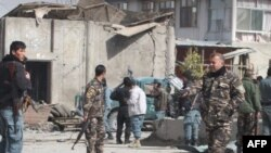 Bezbednosna policija na mestu samoubilačkog bombaškog napada u Kandaharu, 5. februar, 2012.