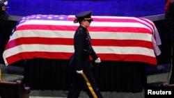 Tang lễ của cảnh sát viên Lorne Ahrens ở Plano, Texas, 13/7/2016. 5 cảnh sát viên đã bị bắn chết tuần trước trong vụ tấn công bắn tỉa tại một cuộc biểu tình.