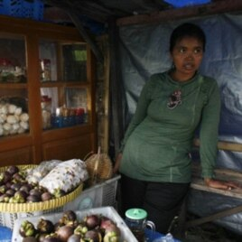 Jumilah, yang kehilangan 5 ekor sapi dan rumahnya sewaktu Merapi meletus, kini berjualan buah-buahan (foto: dok).
