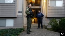 Chris Harper Mercer'ın evi dışında bekleyen polisler