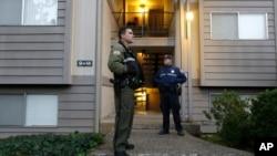 俄勒岡州州警在烏姆普誇社區大學開槍殺人的克里斯.哈珀居住的寓所守衛。