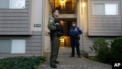 Phó Cảnh sát trưởng quận hạt Douglas Greg Kennerly (trái) và nhân viên an ninh tiểu bang Oregon Tom Willis đứng gác bên ngoài tòa nhà căn hộ tay súng Chris Harper Mercer sống, ngày 02/10/2015.