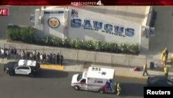 Suasana di sekitar lokasi penembakan, SMA Saugus di Santa Clarita, California, AS, 14 November 2019. (Foto: videograb/NBCLA).